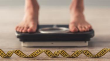 Se peser pour perdre du poids au centre intégré de l'obésité