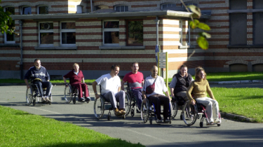 Patients du CTR en chaises roulantes
