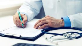 Medecin du travail qui rédige une note à l'Hôpital Erasme